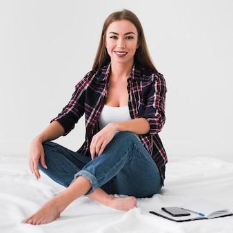 De levensstijlzitting van de huislevensstijl op het bed