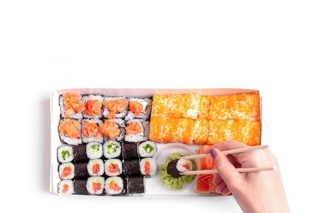 De levering van sushi om geplaatst japans chinees voedsel geïsoleerd wit te gaan