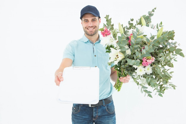 De leveringsmens die van de bloem klembord toont