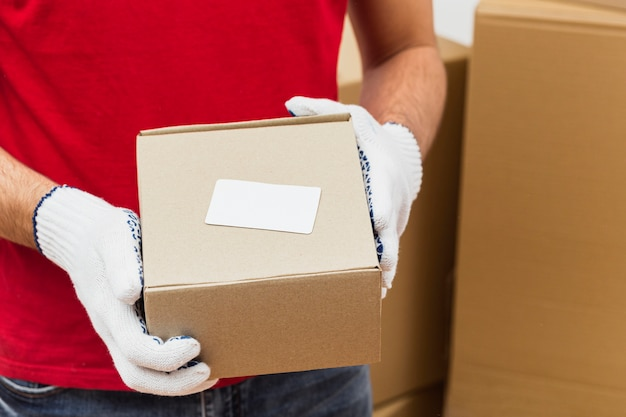 De leveringsmens van de close-up met pakketten