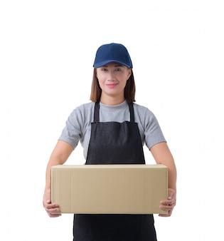 De leveringsvrouw in grijze overhemd en schort houdt geïsoleerde dozen