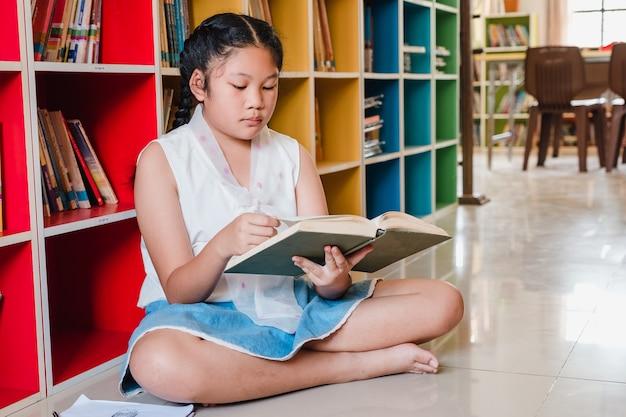 De lezingsboek van de tiener in bibliotheek. onderwijs en geletterdheidsconcept