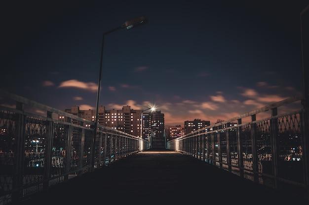 De lichten van de nachtstad. hoge huizen 's nachts.