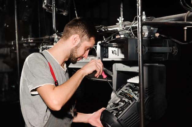 De lichttechnicus past de lichten op het podium aan.