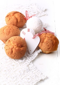 De liefdeontbijt van de cupcakes rustiek houten hart wit houten retro uitstekend valentijnskaart