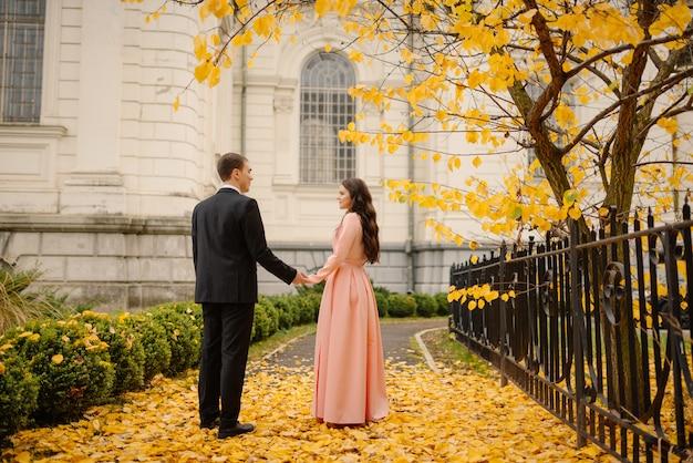 De liefdevolle bruidegom en bruid in trouwjurk