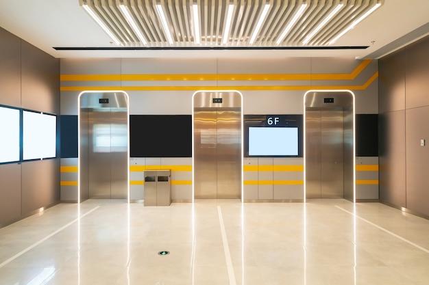 De liftingang bevindt zich in het winkelcentrum