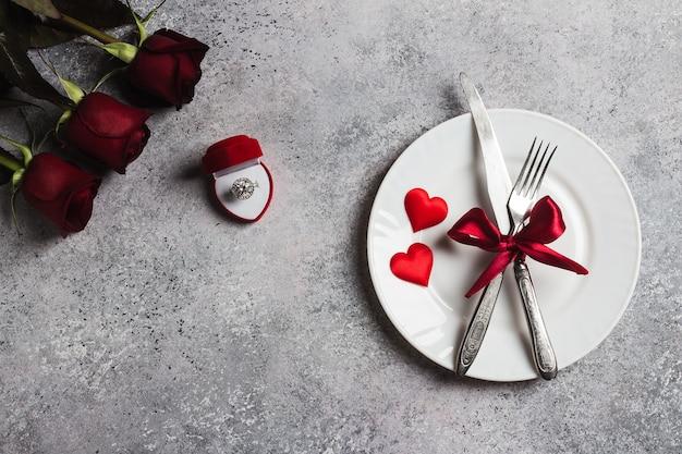 De lijst die van de valentijnskaartendag romantisch diner plaatst huwt me verlovingsring