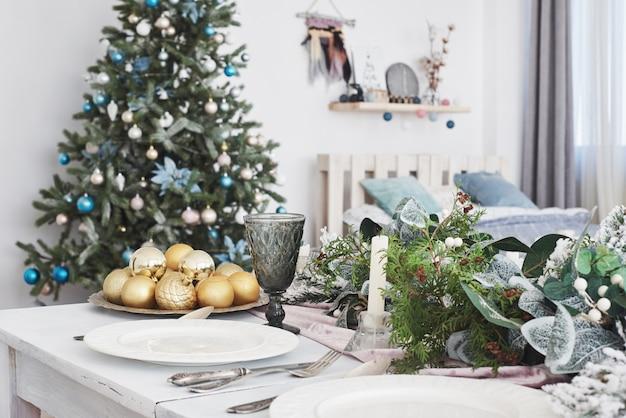 De lijst diende voor kerstmisdiner in woonkamer, dichte omhooggaande mening