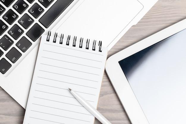 De lijst van het bureauwerk met laptop dichte omhooggaand