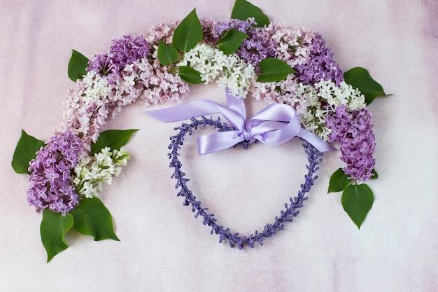 De lila boog en een krans in de vorm van een hart