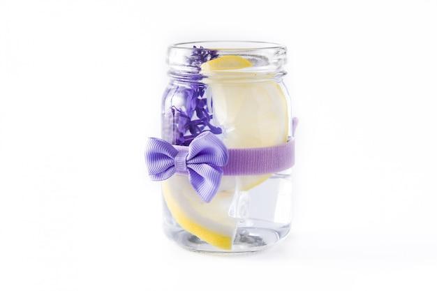 De limonadedrank van de lavendel die op wit wordt geïsoleerd