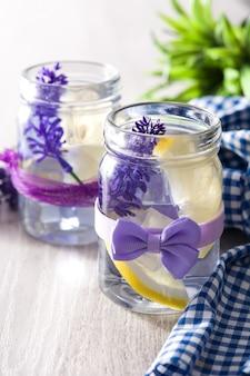 De limonadedrank van de lavendel op witte houten lijst