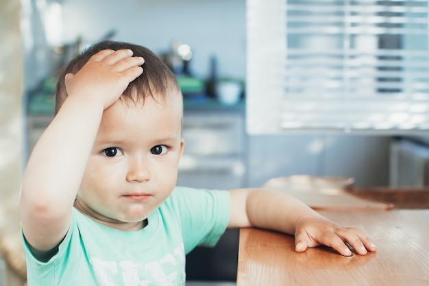 De linkerhand van het kind greep het hoofd dat hij verblufte