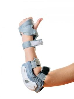 De linkerhand van het kind in de schilden om te beschermen tegen vallen geïsoleerd op een witte achtergrond. accessoires voor schokbescherming.