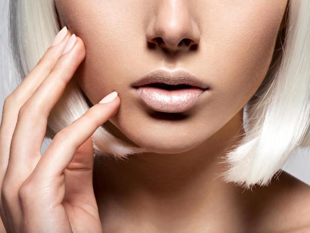 De lippenclose-up van vrouwen. onherkenbaar persoon. half gezicht