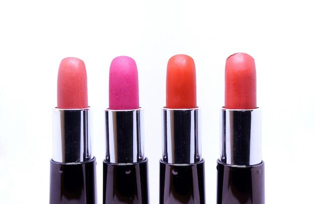 De lippenstiftenkleur van de close-up die op witte achtergrond wordt geïsoleerd.