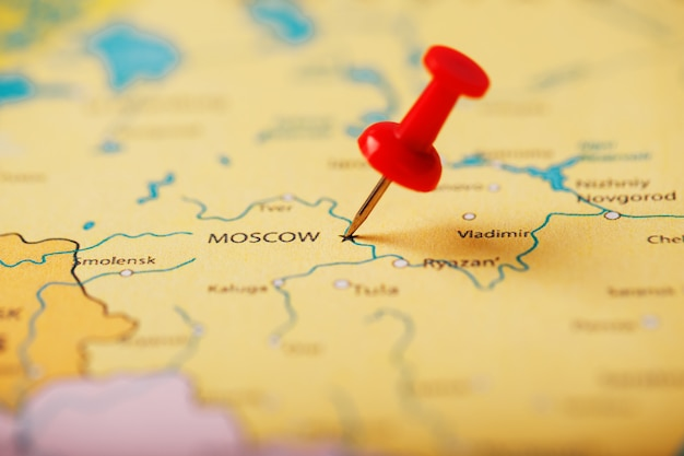 De locatie van de bestemming op de kaart van moskou wordt aangegeven met een rode punaise