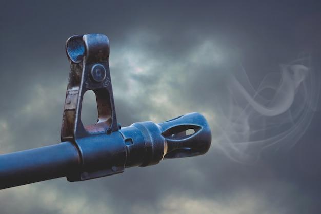 De loop van een machinegeweer met rook na een schot