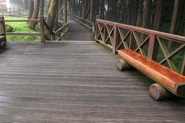 De loopbrug van hout in het nationale park van alishan in taiwan
