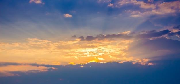 De lucht bij zonsondergang, de wolken in de zonnestralen