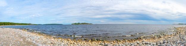 De lucht boven het kiezelstrand aan het meer.