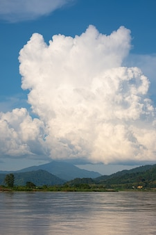 De lucht heeft wolken en de mekong rivier. blauwe lucht en wolk. witte wolken.
