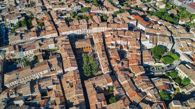 De lucht hoogste mening van woonwijk herbergt hierboven daken en straten van, oude middeleeuwse stadsachtergrond, frankrijk
