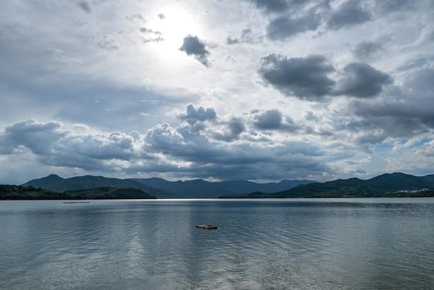 De lucht is bedekt met wolken en er zijn golven op het water