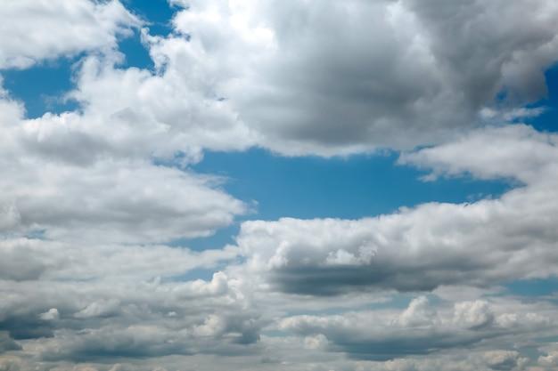 De lucht is bedekt met wolken. .weer voor een onweersbui.