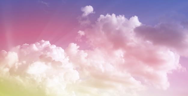 De lucht is blauw met wolken, mooi van aard. blauwe lucht met witte wolken