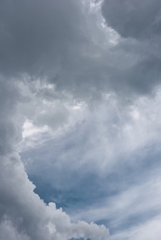 De lucht was bewolkt met wolken voordat het zwaar regent