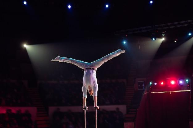 De luchtacrobatiek van de mens in het circus