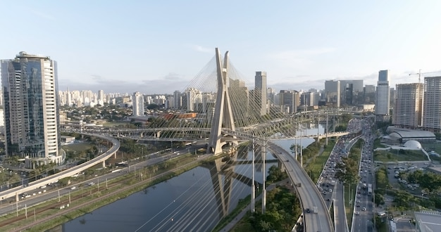 De luchtfoto van de brug van estaiada. sã£o paulo, brazilië. zakencentrum. financieel centrum. geweldig landschap. beroemde tuibrug van sao paulo.