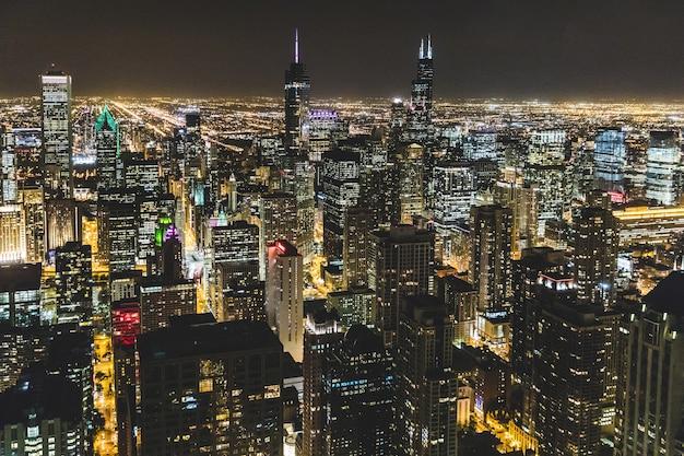 De luchtmening van chicago bij nacht