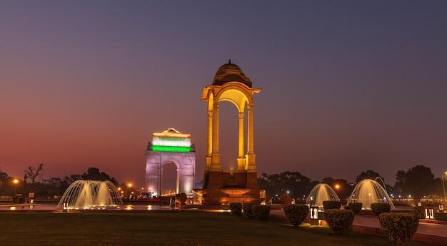 De luifel en de poort van india, nachtverlichting, new delhi.