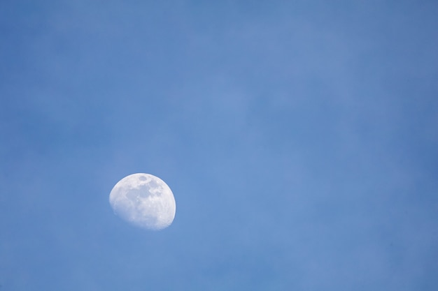 De maan aan de blauwe lucht