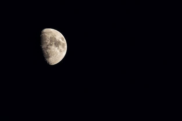 De maan aan de nachtelijke hemel in de winter