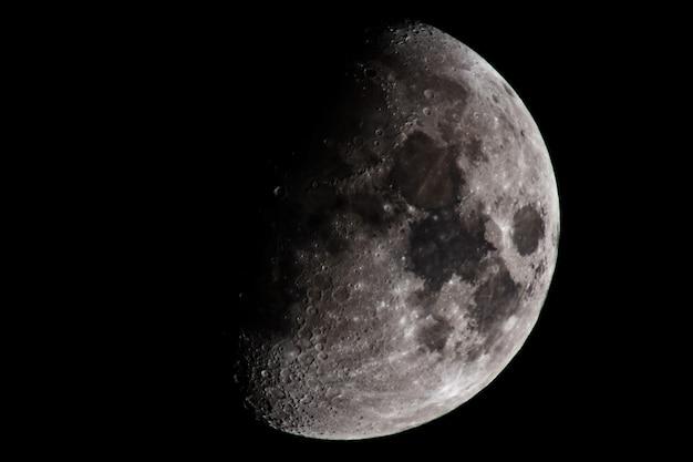 De maan in de donkere ruimte