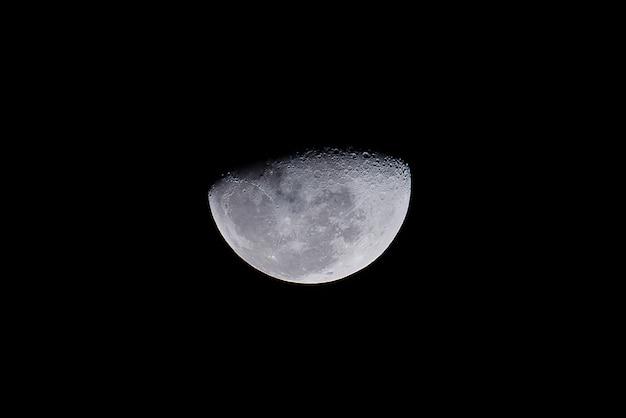 De maan is een astronomisch lichaam dat rond de aarde draait als het enige permanente natuurlijke van de aarde