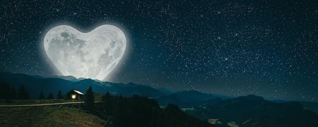 De maan schijnt over de kerststal van jezus christus.