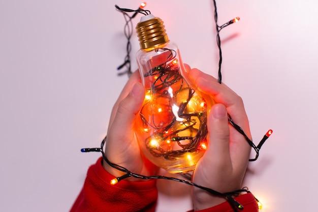 De magische lamp in de hand