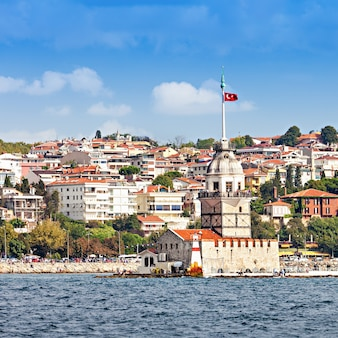 De maiden's tower (kiz kulesi of leander's tower) is een toren liggend op een klein eilandje gelegen aan de bosporus in istanbul, turkije
