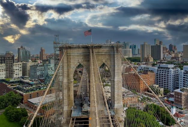De majestueuze brooklyn bridge in new york brooklyn downtown skyline zijaanzicht usa