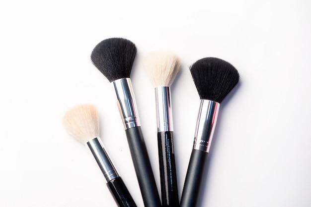 De make-upborstel en bloost op een witte achtergrond. schoonheid concept. close-up met ruimte voor tekst