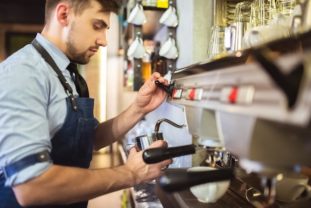 De man aan het werk met een koffiezetapparaat