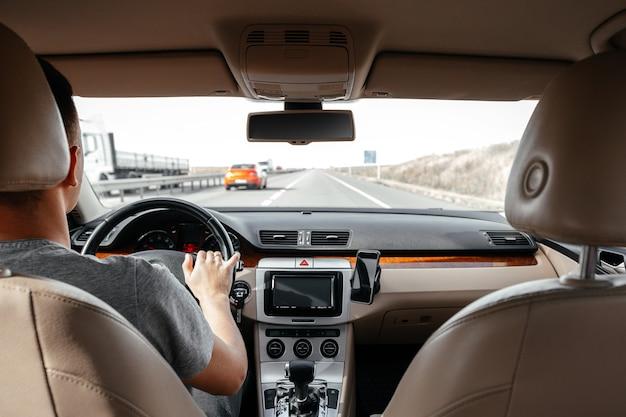 De man die de moderne auto bestuurt