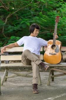 De man die gitaar speelt, outdoor, cargobroek