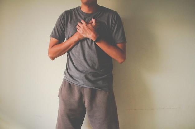 De man die lijdt aan pijn op de borst hartaanval