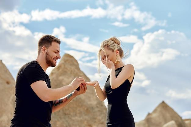 De man doet een huwelijksaanzoek aan zijn vriendin